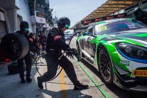 #99 Craft-Bamboo Racing Mercedes-AMG GT3: Christina Nielsen, Darryl O'Young, pitstop