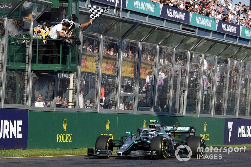 Race winner Valtteri Bottas, Mercedes AMG W10, takes the chequered flag