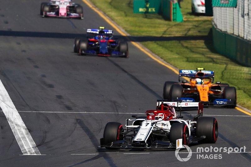 Kimi Raikkonen, Alfa Romeo Racing C38, precede Lando Norris, McLaren MCL34, e Alexander Albon, Toro Rosso STR14