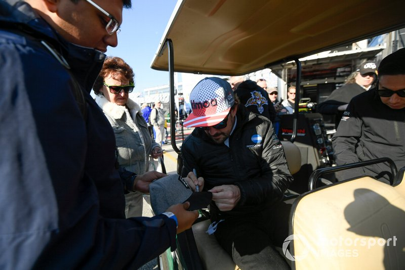 #10 Konica Minolta Cadillac DPi-V.R. Cadillac DPi, DPi: Fernando Alonso signing autographs on race morning.
