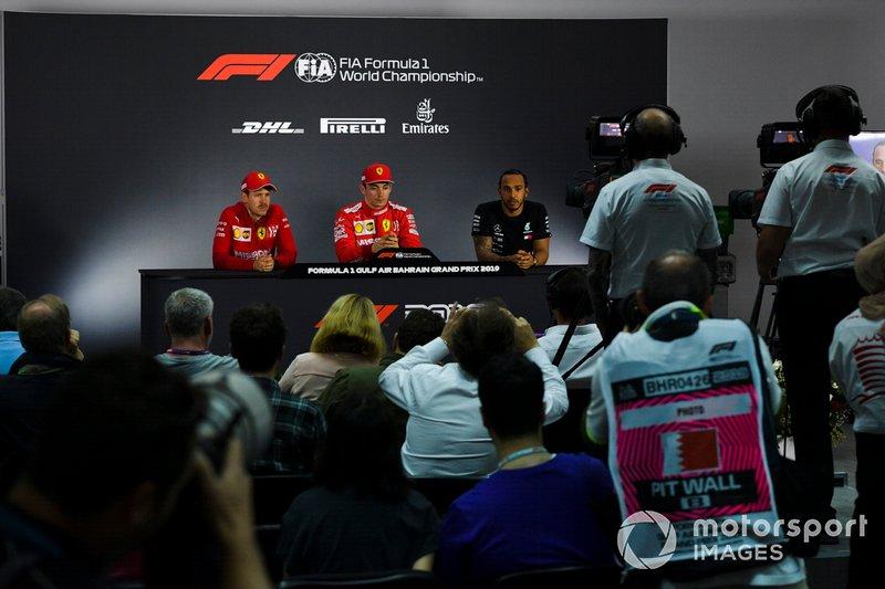 Sebastian Vettel, Ferrari, Charles Leclerc, Ferrari, e Lewis Hamilton, Mercedes AMG F1, durante la Conferenza Stampa dopo le qualifiche