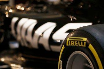 Un logo Pirelli sur la nouvelle livrée Haas