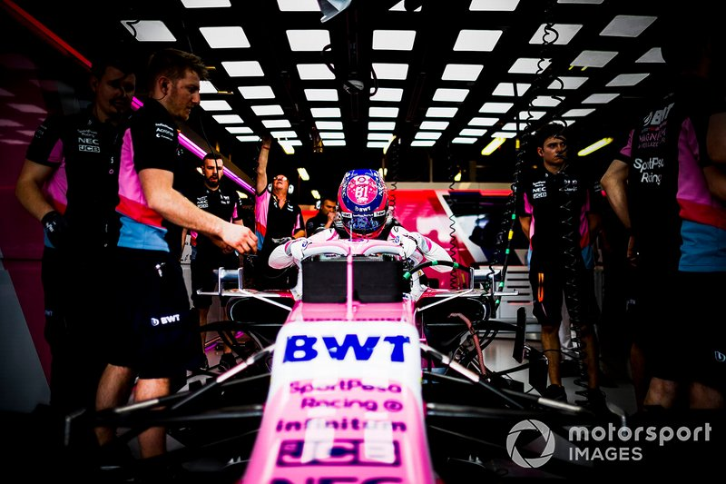 Lance Stroll, Racing Point, monte dans sa voiture
