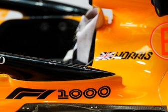 Наліпка на боліді McLaren MCL34 Ландо Норріса на честь 1000-ї гонки Ф1