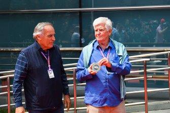 Giorgio Piola e Roger Benoit,che hanno partecipato a gran parte dei 1000 Gran Premi di F1, presentano la moneta F1 1000