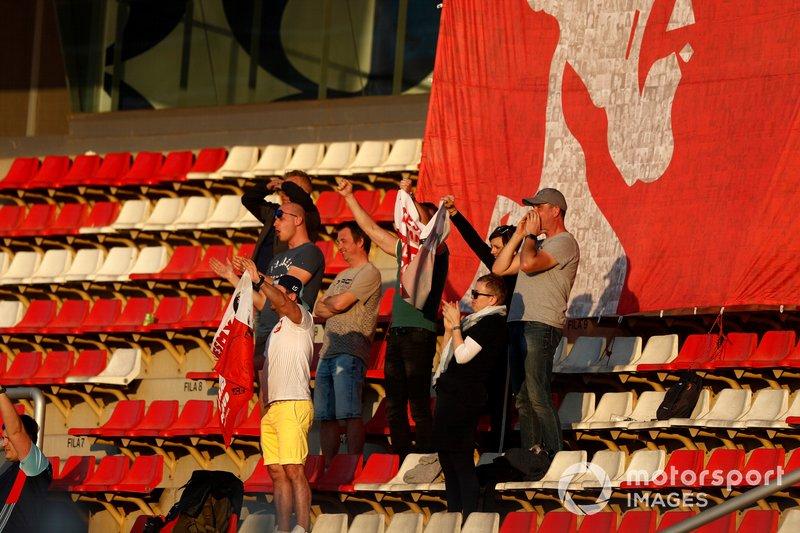 Die Unterstützung: Kaum ein anderer Fahrer hat so viele Fans wie Robert. Besonders in seiner Heimat Polen ist der Support gigantisch. In einer Zeit, in der sich Motorsport-Bücher kaum noch verkaufen, war seine Biografie (Auflage: 20.000 Stück) am ersten Tag vergriffen. Und selbst bei den Tests waren immer Kubica-Flaggen zu sehen.