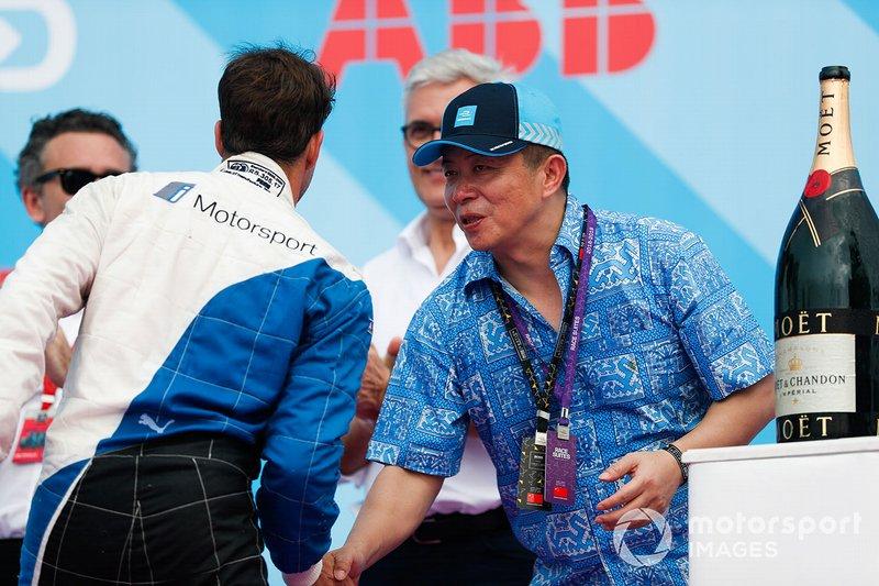 Antonio Felix da Costa, BMW I Andretti Motorsports, shakes hands with a dignitary