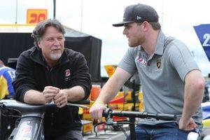 Michael Andretti praat met Conor Daly