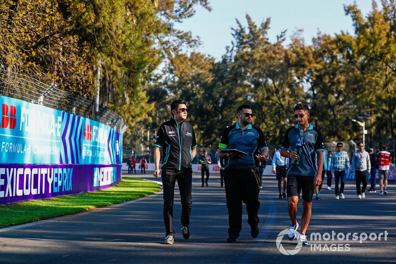 Ho-Pin Tung, Panasonic Jaguar Racing, e Mitch Evans, Panasonic Jaguar Racing, ispezionano il circuito con il team