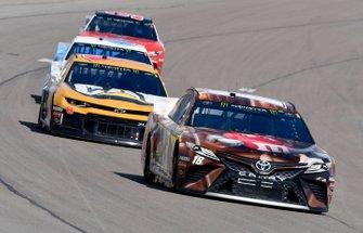 Kyle Busch, Joe Gibbs Racing, Toyota Camry M&M's Chocolate Bar, Daniel Hemric, Richard Childress Racing, Chevrolet Camaro Caterpillar