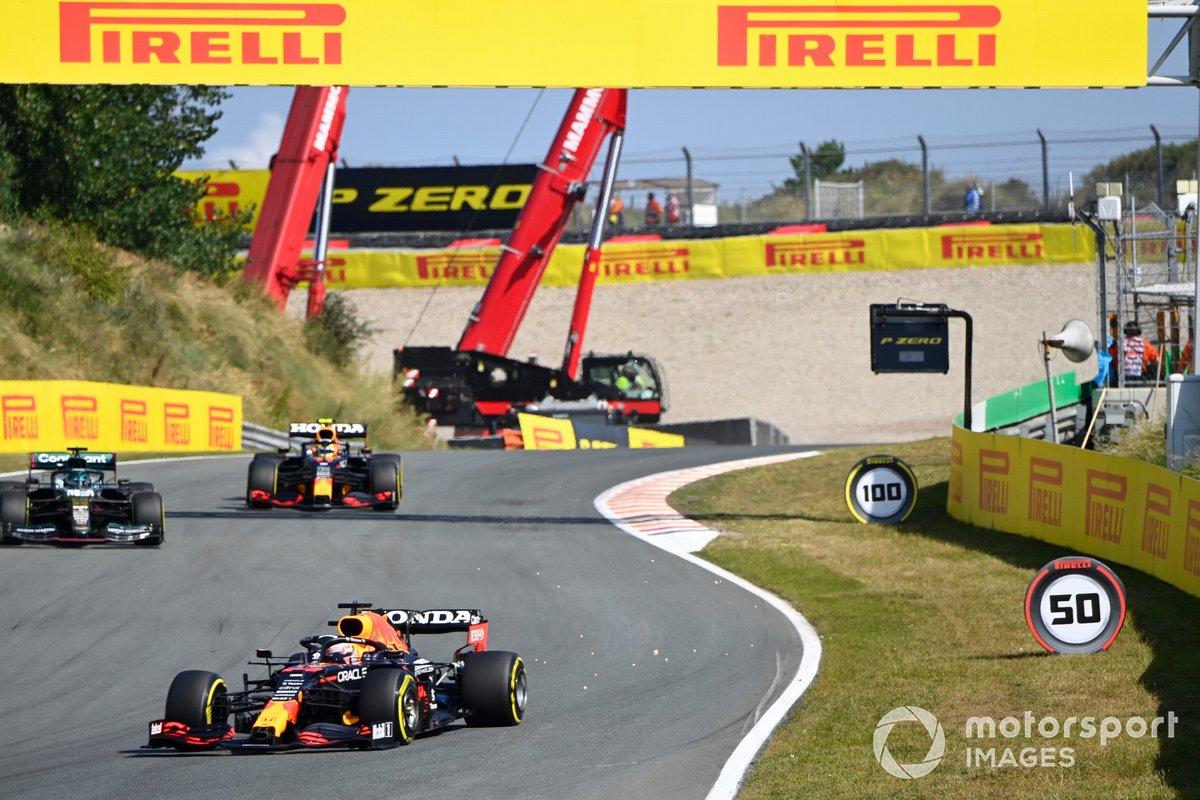 Max Verstappen, Red Bull Racing RB16B, Lance Stroll, Aston Martin AMR21, e Sergio Perez, Red Bull Racing RB16B