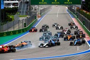 Carlos Sainz Jr., Ferrari SF21, Lando Norris, McLaren MCL35M, George Russell, Williams FW43B, Fernando Alonso, Alpine A521, Lance Stroll, Aston Martin AMR21, Lewis Hamilton, Mercedes W12, and the rest of the field at the start