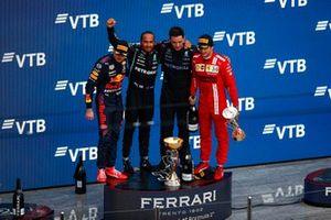 Max Verstappen, Red Bull Racing, 2e plaats, Lewis Hamilton, Mercedes, 1e plaats, de vertegenwoordiger van het Mercedes-team en Carlos Sainz Jr., Ferrari, 3e plaats, op het podium