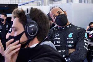 Lewis Hamilton, Mercedes, con Toto Wolff, Team Principal e CEO, Mercedes AMG