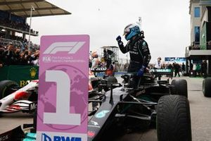 Valtteri Bottas, Mercedes, 1a posizione, arriva nel Parc Ferme