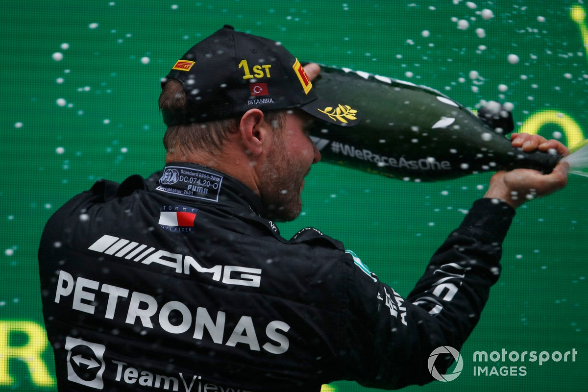 Valtteri Bottas, Mercedes, 1a posizione, festeggia sul podio