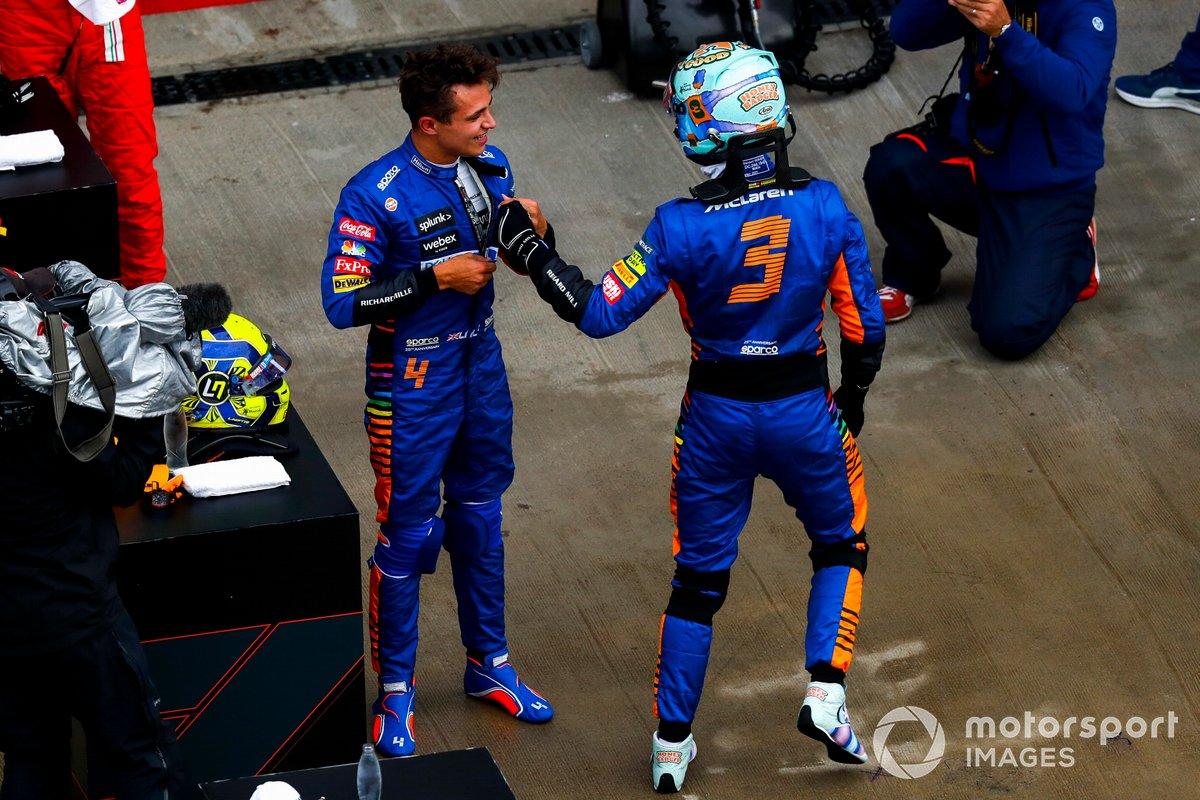 Daniel Ricciardo, McLaren, si congratula con l'uomo della pole Lando Norris, McLaren, dopo le qualifiche
