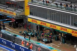 Lance Stroll, Aston Martin AMR21, en Sebastian Vettel, Aston Martin AMR21, in de pits