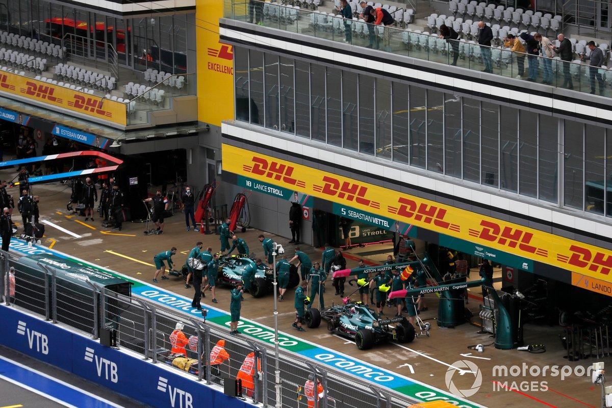 Lance Stroll, Aston Martin AMR21, e Sebastian Vettel, Aston Martin AMR21, in pit lane
