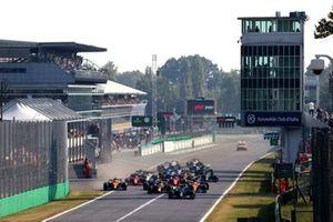 Valtteri Bottas, Mercedes W12, Max Verstappen, Red Bull Racing RB16B, Daniel Ricciardo, McLaren MCL35M, Lando Norris, McLaren MCL35M, Lewis Hamilton, Mercedes W12, Pierre Gasly, AlphaTauri AT02, en de rest van het veld bij de start