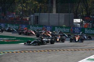 Valtteri Bottas, Mercedes W12, Max Verstappen, Red Bull Racing RB16B, Daniel Ricciardo, McLaren MCL35M, Lando Norris, McLaren MCL35M, and the rest of the field on the opening lap