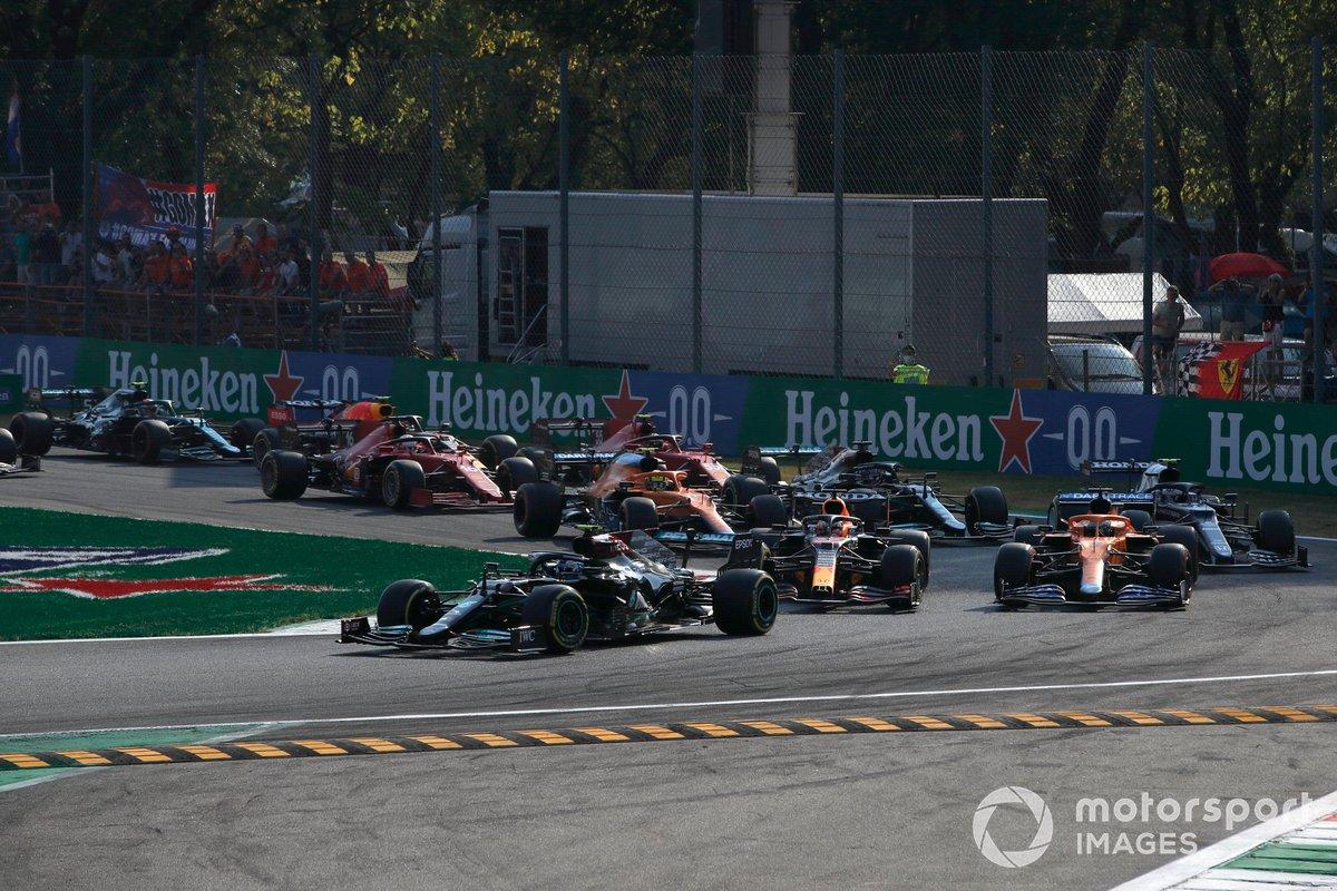 Valtteri Bottas, Mercedes W12, Max Verstappen, Red Bull Racing RB16B, Daniel Ricciardo, McLaren MCL35M, Lando Norris, McLaren MCL35M, y el resto en la primera vuelta
