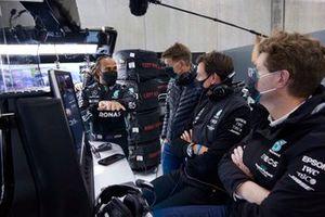 Lewis Hamilton, Mercedes, parla con Toto Wolff, Team Principal e CEO, Mercedes AMG, e altri membri del team