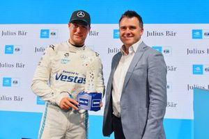 Stoffel Vandoorne, Mercedes-Benz EQ, riceve il Pole Position Trophy da Alan Hooks, Managing Director, Responsabile Clienti Privati presso Julius Baer