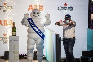 Dilbagh Gill, director general del equipo Mahindra Racing, llega al podio