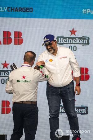 Dilbagh Gill, director general del equipo Mahindra Racing, recibe el trofeo del equipo