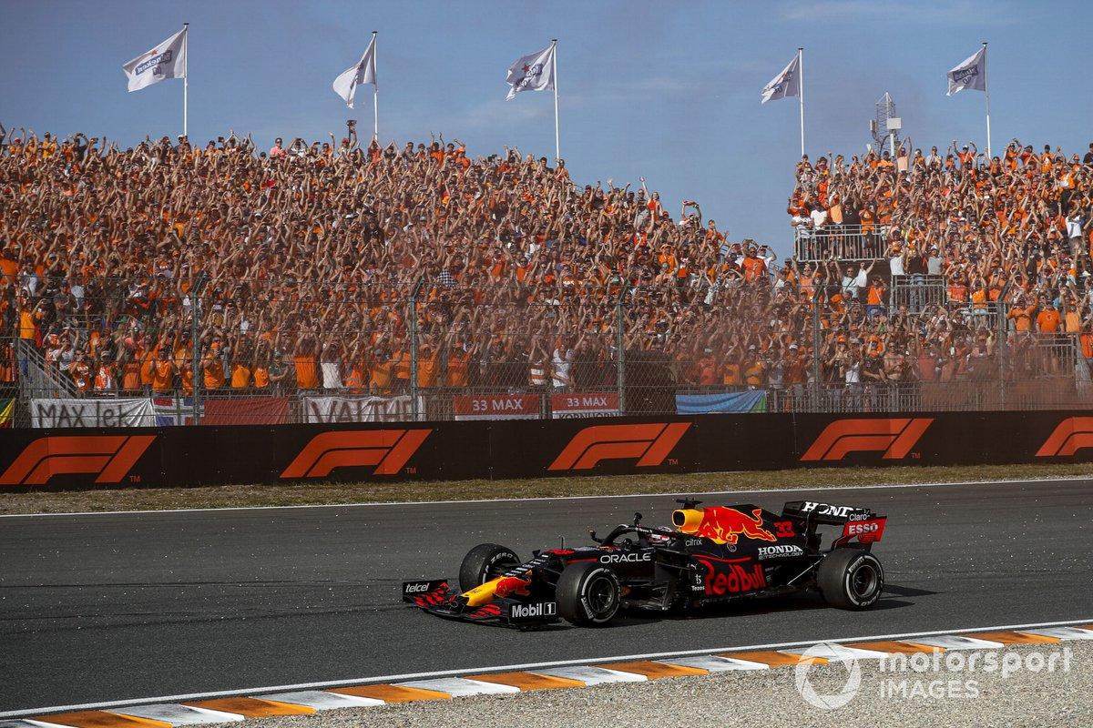 Ganador Max Verstappen, Red Bull Racing RB16B saluda a sus fans