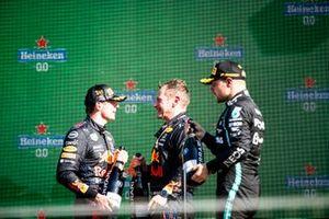 Max Verstappen, Red Bull Racing, 1a posizione, Il rappresentante della Red Bull e Valtteri Bottas, Mercedes, 3a posizione, sul podio