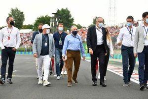 Jean Todt, voorzitter van de FIA, en Stefano Domenicali, CEO van de Formule 1, met gasten en hoogwaardigheidsbekleders op de startgrid