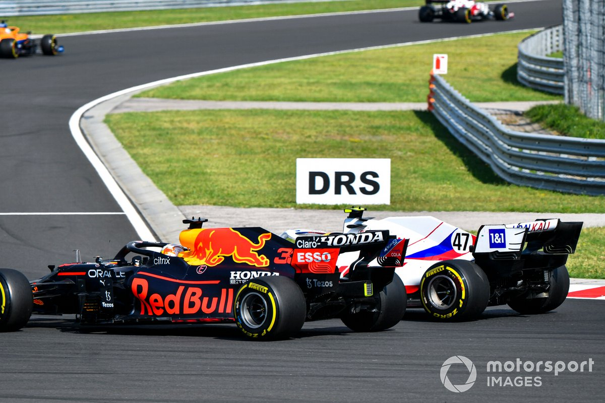 Max Verstappen, Red Bull Racing RB16B, lucha con Mick Schumacher, Haas VF-21