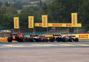 Mick Schumacher, Haas VF-21, Nikita Mazepin, Haas VF-21, Kimi Raikkonen, Alfa Romeo Racing C41, Sergio Pérez, Red Bull Racing RB16B, en la vuelta de formación
