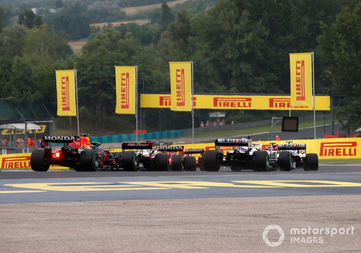 Mick Schumacher, Haas VF-21, Nikita Mazepin, Haas VF-21, Kimi Raikkonen, Alfa Romeo Racing C41 e Sergio Perez, Red Bull Racing RB16B, nell'opening lap