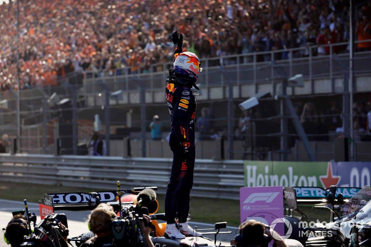 Max Verstappen, Red Bull Racing, festeggia con i fan dopo aver ottenuto la pole