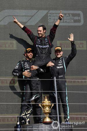 Lewis Hamilton, Mercedes, 1e plaats, en Valtteri Bottas, Mercedes, 3e plaats, op het podium
