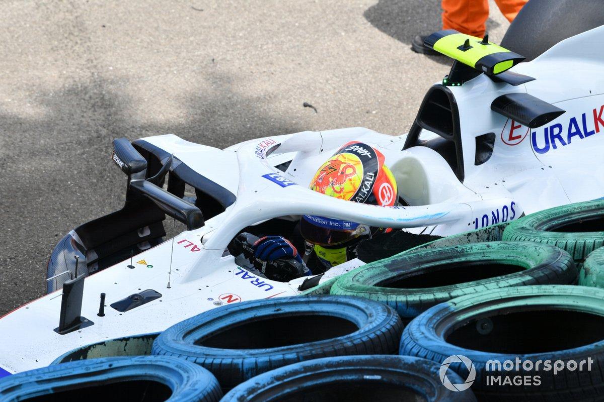 Mick Schumacher, Haas VF-21, se baja de su coche tras un accidente en la FP3
