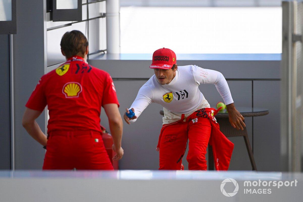 Carlos Sainz Jr., Ferrari, con il personal trainer