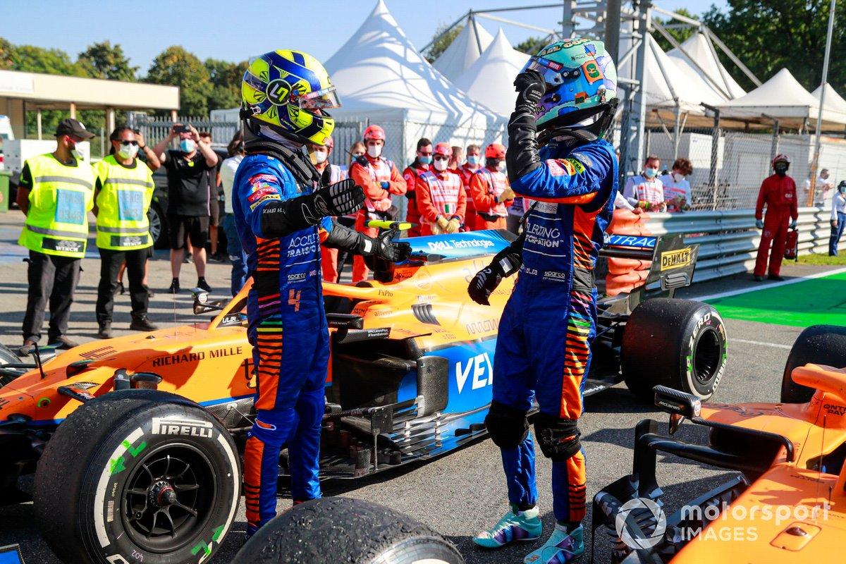 Lando Norris, McLaren, 2a posizione, e Daniel Ricciardo, McLaren, 1a posizione, si congratulano a vicenda nel Parc Ferme