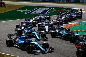 Fernando Alonso, Alpine A521, Sebastian Vettel, Aston Martin AMR21, Esteban Ocon, Alpine A521, Nicholas Latifi, Williams FW43B, George Russell, Williams FW43B, en de rest van het veld bij de start