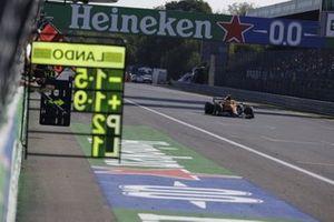 Lando Norris, McLaren MCL35M, passeert zijn pitbord
