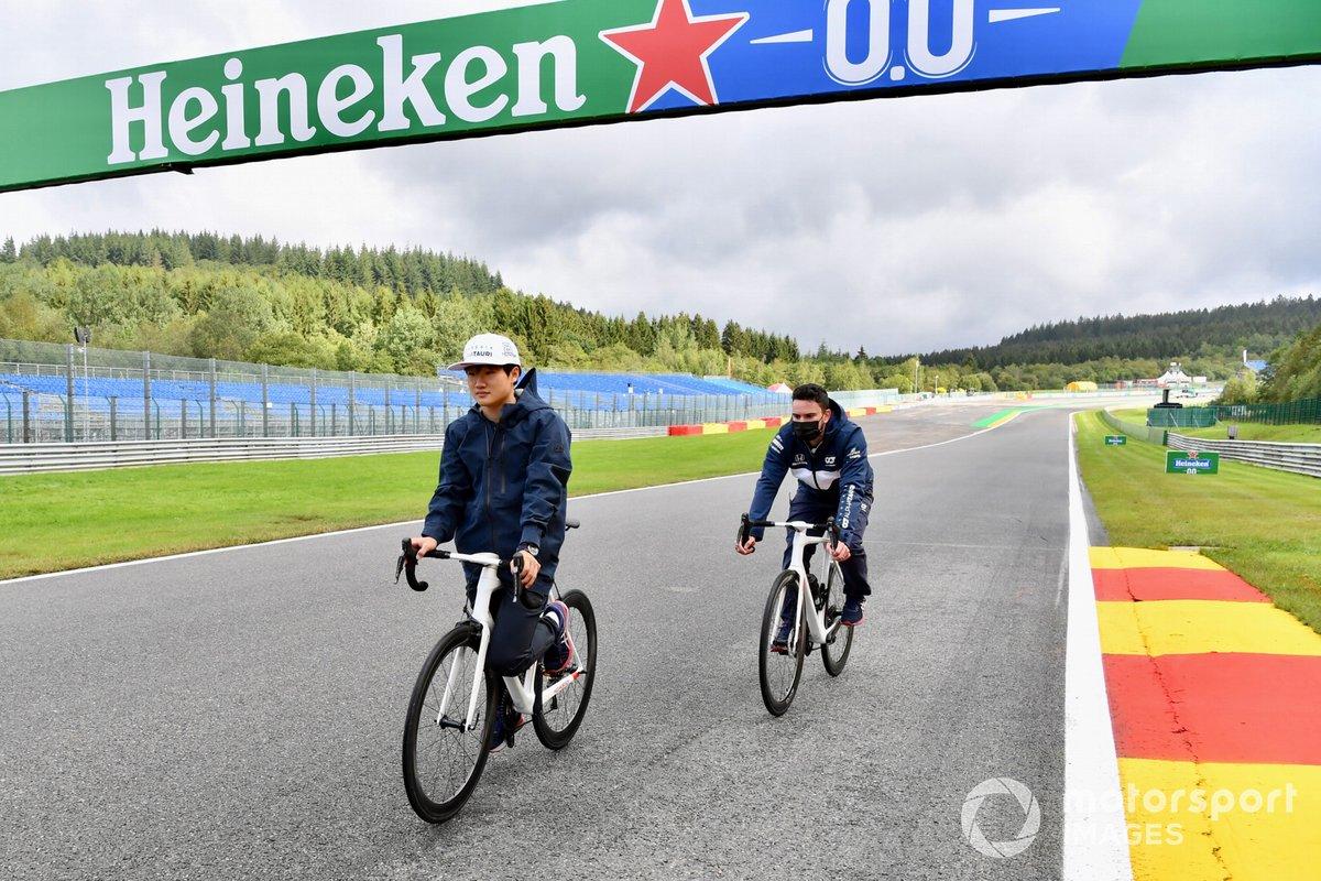 Yuki Tsunoda, AlphaTauri AT02, recorre la pista en bicicleta