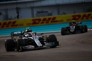 Valtteri Bottas, Mercedes AMG W10, Kevin Magnussen, Haas F1 Team VF-19