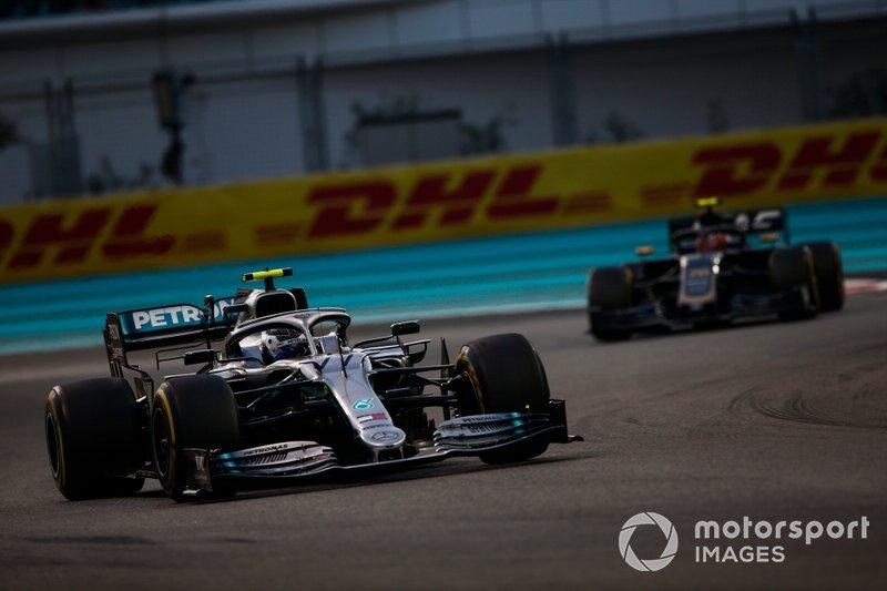 Valtteri Bottas, Mercedes AMG W10, voor Kevin Magnussen, Haas F1 Team VF-19