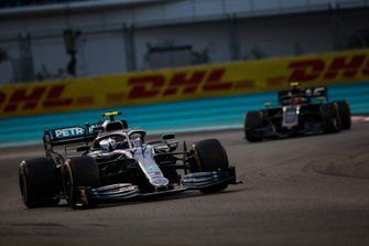 Valtteri Bottas, Mercedes AMG W10, devant Kevin Magnussen, Haas F1 Team VF-19
