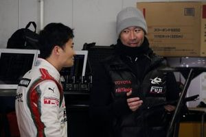 Инженер Kondō Racing Кацуя Абэ и гонщик команды Кента Ямасита