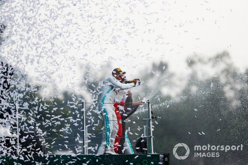 Podio: Ganador de la carrera Lewis Hamilton, Mercedes AMG F1 y el segundo lugar Sebastian Vettel, Ferrari celebra con el champán