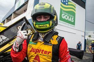 Gabriel Casagrande comemora pole em Goiânia